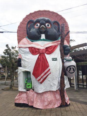 信楽駅前大たぬき セーラー服に衣替え中tags[滋賀県]