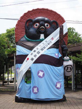 信楽駅前大たぬき 浴衣姿に変身中tags[滋賀県]